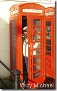Brigitte hat doch noch eine der roten Telefonzellen gefunden