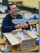 Michael beim auspacken der Päckchen