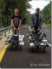 Oliver und Volker beim Ausrüstungstransport